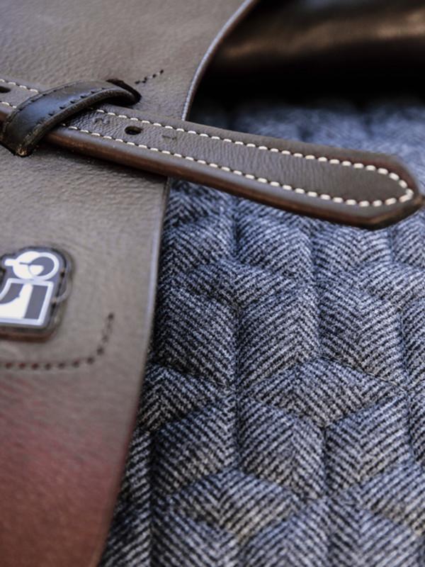 Schabracke-Wolle-Springen-Detail-Grau